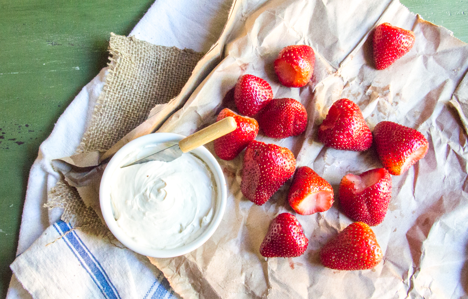 Strawberries and Skinny Yogurt Cheesecake Dip